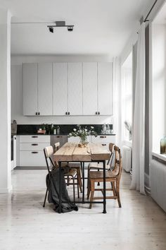 Cozy home with a green marble kitchen - via Coco Lapine Design Kitchen, ideas, diy, house, indoor, organization, home, design, cook, shelving, backsplash, oven, desk, decorating, bar, storage, table, interior, modern, life hack.