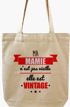 Une mamie spéciale mérite un sac spécial! Cliquez l'épingle pour des sacs originaux. #cadeaugrandmère #cadeaumamie #mamie #sac #totebag #Fêtedesgrandsmères