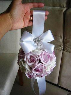 Bola de flores cor lilás com branco puro, tamanho M 15X15 - bola floral tipo pompom com fita e laço de cetim branca + broche em strass - Porta Alianças