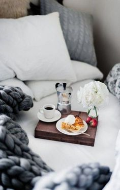 Breakfast In Bed Colazione A Letto 35 Trendy Ideas Breakfast Hotel, Romantic Breakfast, Sunday Breakfast, Breakfast At Tiffanys, Birthday Breakfast, Breakfast Cookies, I Love Coffee, Coffee Break, Morning Coffee