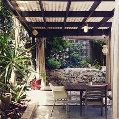 I would eat every meal and return every email on this woodsy little patio if I lived here #thegoodlifela #larealestate #losfeliz