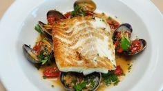 Bagt torsk med ramsløg, kål og muslinger | Mad