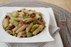 La pasta e fave con peperoni cruschi e pancetta è una versione saporita di questo gustoso primo piatto tipico del periodo primaverile.