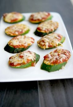 Pizza Turn your garden fresh zucchini into a healthy snack or appetizer with these Zucchini Pizzas. The kids will love them.Turn your garden fresh zucchini into a healthy snack or appetizer with these Zucchini Pizzas. The kids will love them. Appetizer Recipes, Snack Recipes, Appetizers, Cooking Recipes, Healthy Recipes, Recipes Dinner, Healthy Snacks For Kids, Healthy Foods To Eat, Healthy Eating