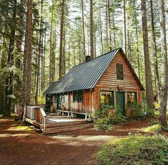 Architecture Blockhaus mit Satteldach im Wald. Tiny Log Cabins, Log Cabin Homes, Cabins And Cottages, Wood Cabins, Rustic Cabins, Cabins In The Woods, House In The Woods, Cabins In The Mountains, Cottage In The Woods