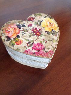 Κουτι καρδιά με decoupage -ακρυλικά χρώματα-πατινα...