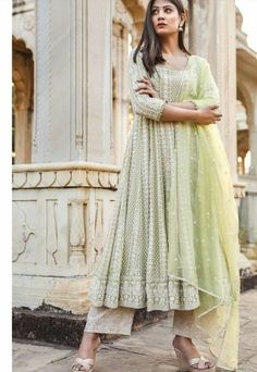 Pakistani Dresses Casual, Indian Gowns Dresses, Indian Fashion Dresses, Pakistani Dress Design, Indian Designer Outfits, Stylish Dresses For Girls, Stylish Dress Designs, Gabriela Montez, Casual Indian Fashion