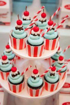 Cupcakes decorados con cereza y pajita