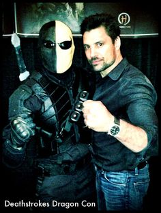 Manu Bennett poses with another Deathstroke. Gotta love cons.
