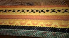 Taito Satakunnan vanhojen mattokuvioiden malleissa ollutta kaartin ruusukasta mukaellen.