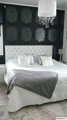 makuuhuone,sänky,sängynpääty,tyynynpäällinen,tapetti,päiväpeitto,tekstiilit,sisustustyynyt,efektiseinä,kattovalaisin
