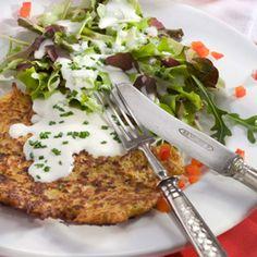 Kartoffeln 3 bis 4 Minuten kochen, pellen und erkalten lassen. Zusammen mit den Zucchini grob raspeln. Mit Mehl, Eigelb und Gewürzen verrühren. Aus...