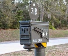 Show off your military pride to the whole neighborhood with this DIY ammo can mailbox! Unique Mailboxes, Funny Mailboxes, Painted Mailboxes, Ammo Cans, Sculpture Metal, Survival, Geocaching, Oeuvre D'art, Home Projects