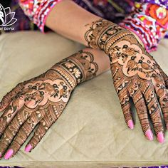 Mehndi designs are something that go out of fashion quickly and so you need a few design suggestions every now and then! Check out these latest mehndi designs for hands! Latest Bridal Mehndi Designs, Indian Mehndi Designs, Modern Mehndi Designs, Mehndi Design Pictures, Mehndi Designs For Fingers, Beautiful Henna Designs, Latest Mehndi Designs, Mehndi Images, Mehndi Desighn