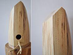 Moderna casa para pájaros en el árbol. // bookhou - bird house