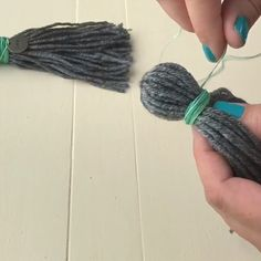 How to Make Yarn Tassels - easy steps and how to video - with pictures of how I've used mine as garland, Christmas ornaments, and kids playroom decor. These DIY tassels are super cute on pillows and blankets too Diy Tassel Garland, Wood Bead Garland, Beaded Garland, Diy Tassel Curtains, Tassles Diy, Pom Pom Garland, Pom Poms, Diy Craft Projects, Yarn Crafts