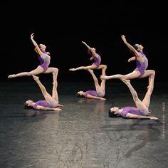 """""""Arabesques perfectos"""", en """"Infima constante"""", de Anabella Tuliano. Ballet Contemporáneo del Teatro San Martín. Foto: Alicia Rojo"""