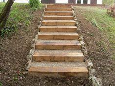 Terrasse en bois et escalier en traverse bois Outdoor Walkway, Outdoor Steps, Hillside Landscaping, Outdoor Landscaping, Landscape Stairs, Wooden Walkways, Sloped Backyard, Garden Stairs, Outdoor Restaurant