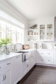 Küche in Weiß, schöne Einrichtungsideen, Holzmöbel und Boden, weiße Fliesen