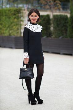 Den Look kaufen: https://lookastic.de/damenmode/wie-kombinieren/kleid-schwarzes-und-weisses-pumps-schwarze-handtasche-schwarze-strumpfhose-schwarze/1392 — Schwarze Lederhandtasche — Schwarze Wildleder Pumps — Schwarze Strumpfhose — Schwarzes und weißes Spitzekleid