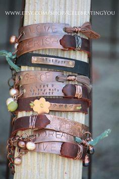 Mano estampada cobre pulsera con cuero y cinta de seda