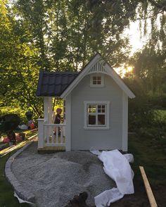 Dukkehus med grus og sten rundt