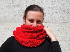 Chunky knit infinity scarf,circle wool scarf,merino wool infinity scarf,Chunky knit scarf in red,scarf cowl,hand knitted,sciarpa lana merino di LoomaHandmade su Etsy