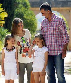 La espontaneidada y la formalidad de la Princesa de Asturias y la infanta Sofía en sus dos posados oficiales en Mallorca #realeza #royalty