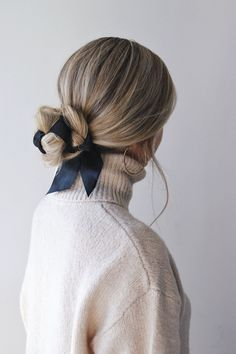 Easy Fall Hairstyles, Hair Trends 2018 - Alex Gaboury arc de cheveux And Beauty Hairstyle Bridesmaid, Ribbon Hairstyle, Hairstyles With Ribbon, Hairstyle With Bow, Hair With Bow, Hair With Scarf, Scarf Bun, Chignon Hairstyle, Hairstyle Ideas