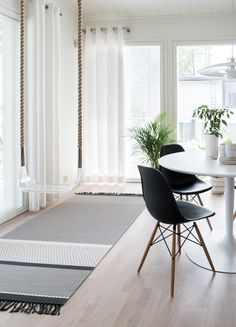 Woodnotes San Francisco paper yarn carpet together with the Sense Light Swing. Wood, Carpet, Rugs, House, Interior Design, Home Decor, Room, Dining, Dining Room