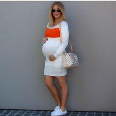 Un vestido de color neutral con acento colorido hará que tú pancita se vea aún más linda. | 21 Sensacionales looks para mujeres embarazadas