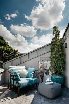 Terraza nórdica con plantas y sillones