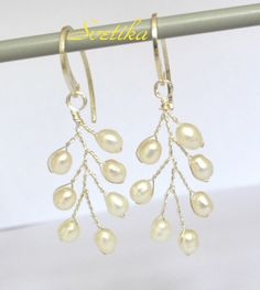 Arcilla polimerica, perlas naturales, cristal checo. Hay pendientes  - 23euros(plata 925 y perlas de rio). Conjunto - 59 euros. Hago flores de cualqui
