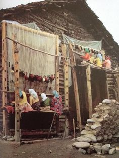 Rug weavers, Iran - just to remember about the mystery of wieving Weaving Tools, Loom Weaving, Hand Weaving, Weaving Textiles, Tapestry Weaving, Art Textile, We Are The World, Tear, Magic Carpet