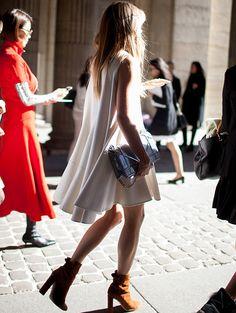 Robe blanche + boots fauve à talons = le bon mix #Street #Style #style #fashion #jeanlouisdavid #girl #fashion #city #sexy #loveit #trendy #musthave #spirit #energy #city #style Inspiration Jean Louis David