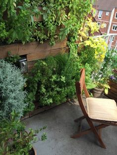 Sådan byggede jeg min lodrette urtehave af paller på altanen. Min plantevæg har et indbygget vandingssystem af vandflasker som er tilsluttet siveslanger.