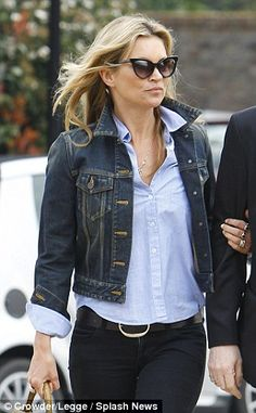 Kate Moss wears cats-eye sunglasses with her blue blouse Moss Fashion, Denim Fashion, Trouser Outfits, Denim Outfit, Estilo Kate Moss, Kate Moss Style, Queen Kate, Street Style Looks, Cool Outfits