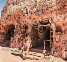 15 free and cheap things to do in Coober Pedy. Part of the Darwin to Adelaide road trip through central Australia for campervan travelers on a budget where you'll find free camping good camping and cheap things to do. South Australia, Australia Travel, Travelers Rest, Campervan Hire, Cheap Things To Do, Tourist Information, Cancun Mexico, South Pacific, Darwin
