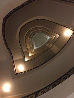 Le scale viste dal basso. Milano, via San Marino 7, Sede gruppi consiliari.