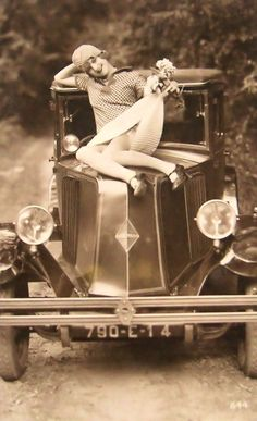 Vintage Cars Flapper girl posing with classic car, ca. Pin Up Vintage, Vintage Humor, Funny Vintage Photos, Photo Vintage, Vintage Girls, Vintage Photographs, Vintage Beauty, Vintage Images, Vintage Flash