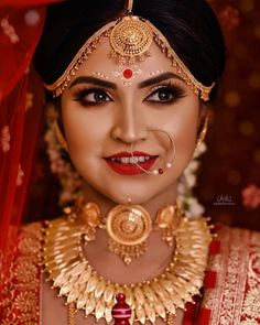 This Chandan bindi is what sets a Bengali bride apart from all the other brides. So, we have found these real brides who have these beautiful Chandan bindi designs on their forehead for their weddings. One look and you're gonna fall in love girls. #shaadisaga #indianwedding #bengalibride #bindidesigns #chandanbindi #chandanbindidesigns #bengalibridebindidesign #bengalibindi #bengalibindiart #bengalibindidesigns #bengalibindidesignssimple #bengalibindidesignsbridalmakeup #bengalibindidesignslook Bengali Bridal Makeup, Best Bridal Makeup, Bengali Wedding, Bengali Bride, Bridal Makeup Looks, Indian Bridal Makeup, Indian Wedding Jewelry, Bride Makeup, Bridal Jewelry