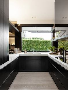 bancada de mármore em cozinha de mobiliário preto