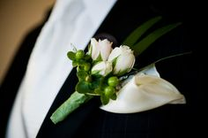 boutonniere : three small roses