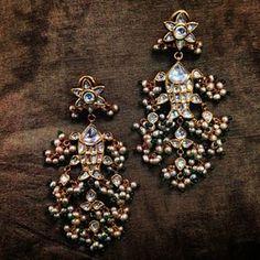 Kundan earrings Mughal Jewelry, Indian Jewelry Earrings, Indian Jewelry Sets, Pakistani Jewelry, Jewelry Design Earrings, Indian Wedding Jewelry, India Jewelry, Antique Earrings, Gems Jewelry
