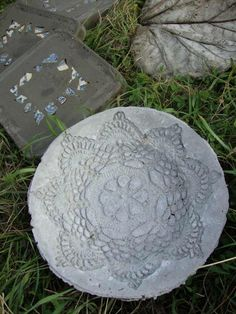 use dolie soaked in concrete the layed on object Diy Garden Projects, Garden Crafts, Diy Craft Projects, Projects To Try, Diy Crafts, Cement Art, Cement Crafts, Concrete Projects, Concrete Stone