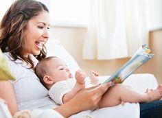 Mãe lendo livro para bebê (Foto: Shutterstock)