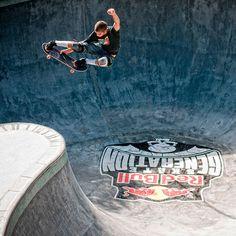 Bowl Skating in Brazil - Red Bull Skate Generation 2013 Skateboard Photos, Skate Photos, Skateboard Design, Skateboard Art, Bufoni, Skate And Destroy, Skate Gif, Surfing Photos, Skate Style