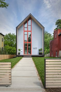 Studio Build have designed the 1653 Residence, a home for a family in the Upper Westside of Kansas City, Missouri. Architecture Design, Residential Architecture, Modern Family House, Modern House Design, Modern Exterior, Exterior Design, Gable House, Studio Build, Studio Studio