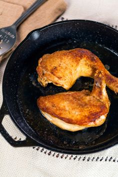 I just discovered this amazing recipe Cast-Iron Skillet Chicken on Panna by Chef Kevin Gillespie! Baked Greek Chicken, Oven Roasted Chicken, Roast Chicken, Gourmet Chicken, Chicken Skillet Recipes, Cast Iron Skillet, Cast Iron Cooking, Roast Recipes, Chef Recipes