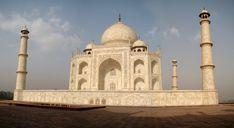 Le Taj Mahal est considéré comme le joyau de la culture ottomane. C'est un mausolée de marbre blanc, achevé en 1643. Il combine des éléments architecturaux islamique, iranienne, ottomane et indienne.